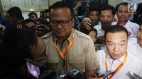 Wakil Ketua Umum Partai Gerindra Sufmi Dasco Ahmad (kanan) memberi keterangan pers usai penyerahan berkas pengajuan bakal caleg Gerindra di kantor KPU, Jakarta, Selasa (17/7). (Liputan6.com/Johan Tallo)