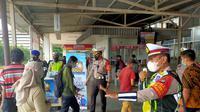 Satlantas Polrestro Depok memberikan masker kepada warga di Stasiun Depok Baru. (Foto: Istimewa)