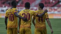 Para pemain Sriwijaya FC merayakan kemenangan atas PSMS Medan pada perebutan tempat ketiga Piala Presiden di SUGBK, Jakarta, Sabtu (17/2/2018). PSMS kalah 0-4 dari Sriwijaya FC. (Bola.com/Vitalis Yogi Trisna)
