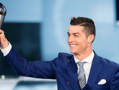Bintang Real Madrid, Cristiano Ronaldo meraih penghargaan Pemain Terbaik Dunia FIFA 2016 pada acara Best FIFA Football Awards di Zurich, Senin (9/1). Gelar ini melengkapi kesuksesan Ronaldo yang memperoleh Ballon d'Or 2016. (Ennio Leanza/Keystone via AP)