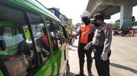 Petugas memeriksa angkot saat PSBB Bogor. (Liputan6.com/Achmad Sudarno)