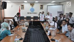 Relawan Jokowi Mania saat diterima oleh anggota dewan pers, Jakarta, Senin (16/9/2019). Relawan Jokowi Mania juga menuntut Dewan Pers untuk memanggil penanggung jawab Majalah Tempo untuk menjelaskan maksud dari cover tersebut. (merdeka.com/Iqbal S. Nugroho)