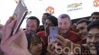 Legenda Manchester United (MU), Denis Irwin, foto bersama Fans di Lotte Shopping Avenue, Jakarta, Jumat (17/03/2017). Legenda Setan Merah secara khusus datang untuk menemui penggemar setia di Tanah Air. (Bola.com/M Iqbal Ichsan)