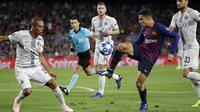 Gelandang Barcelona, Philippe Coutinho, mengontrol bola saat melawan Inter Milan pada laga Liga Champions, di Stadion Camp Nou, Rabu (24/10/2018). Barcelona menang 2-0 atas Inter Milan. (AP/Emilio Morenatti)