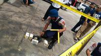 Salah satu penemuan granat yang diamankan TIm Gegana (Liputan6.com / Nefri Inge)