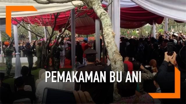Jenazah Ani Yudhoyono dikebumikan di TMP Kalibata, Jakarta Selatan. Suasana pemakaman berlangsung dalam prosesi militer, dan dipimpin oleh Presiden Joko Widodo.