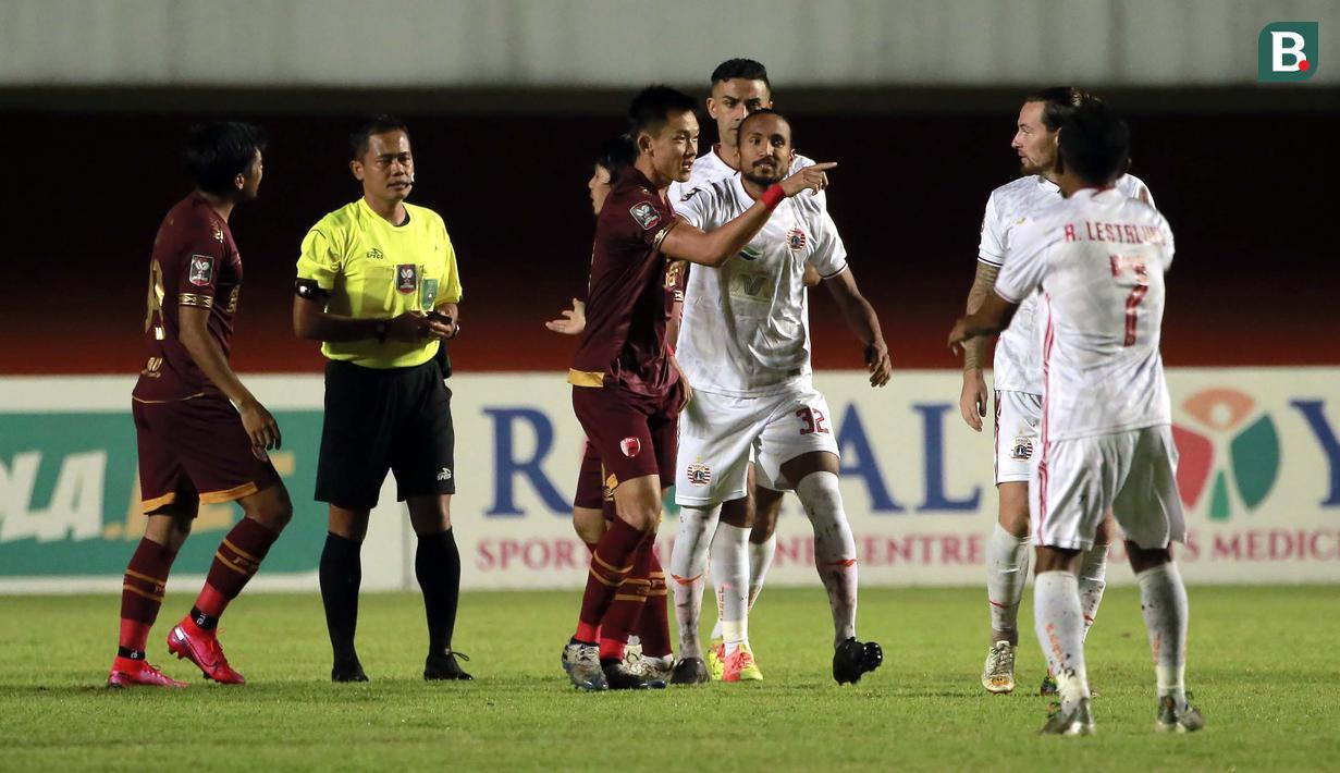 Pemain PSM Makassar, Sutanto Tan (tengah) terlibat adu mulut dengan pemain Persija Jakarta, Marc Klook saat laga baru mulai beberapa menit. (Foto: Bola.com/Ikhwan Yanuar)