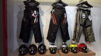 Helm dan apparel premium yang ditawarkan De Ride. (Septian / Liputan6.com)
