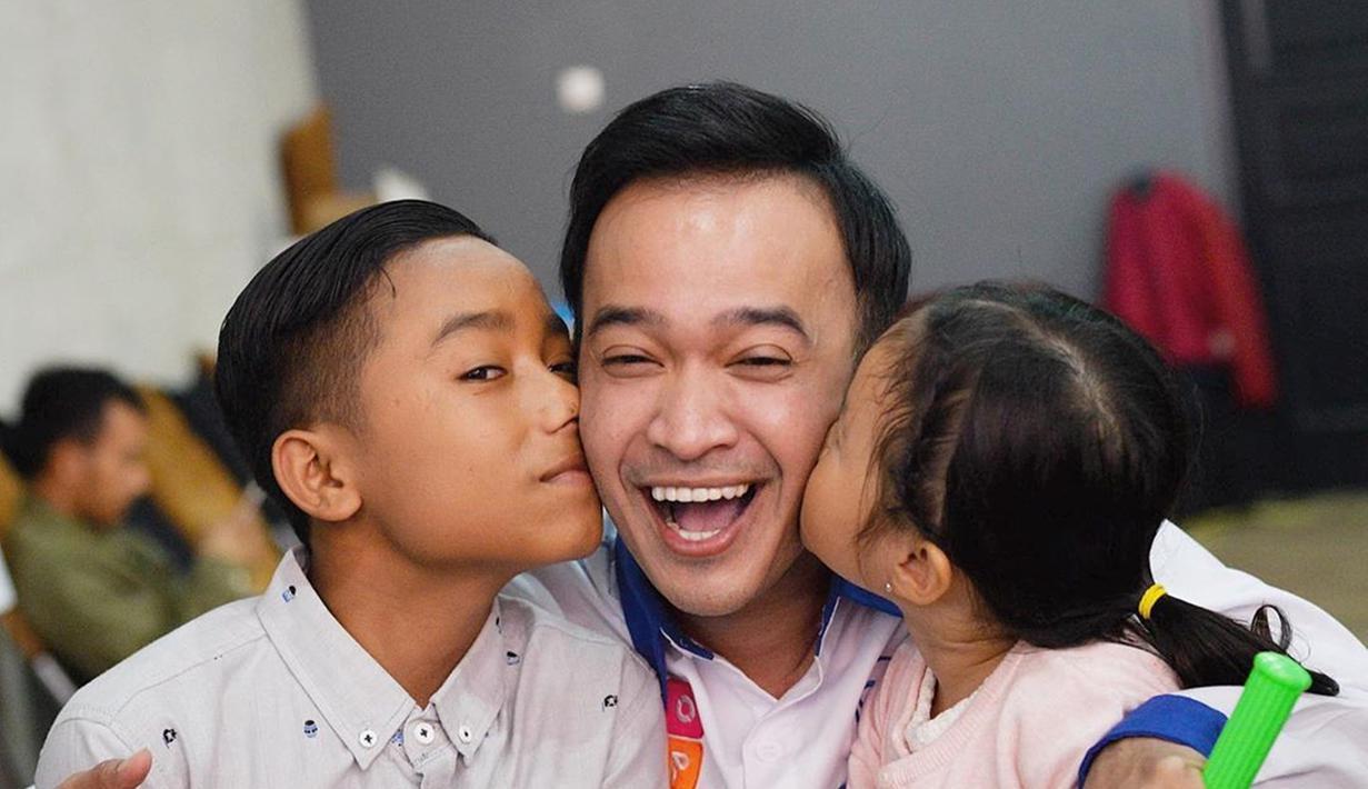Pemilik nama lengkap Ruben Samuel Onsu tengah berbahagia lantaran mendapatkan keluarga baru lagi. Ruben akhirnya mengangkat Betrand Peto sebagai anak angkatnya. Betrand menjadi kakak dari Thalia dan Thania. (Liputan6.com/IG/@ruben_onsu)