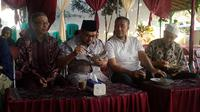 Calon Gubernur Jawa Tengah nomor urut 2 Sudirman Said menyantap kudapan pagi di kampung halamannya, Brebes, Jawa Tengah (Liputan6.com/Fajar Eko Nugroho)