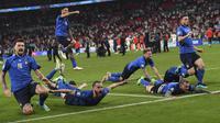 Para pemain Italia melakukan selebrasi usai menang adu penalti dengan Inggris pada pertandingan final Euro 2020 di Stadion Wembley, London, Inggris, Minggu (11/7/2021). Italia menang 3-2 lewat adu penalti usai bermain imbang 1-1 di waktu normal. (Andy Rain/Pool Photo via AP)