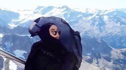 Tampil dengan hijab, gaya wanita yang akrab disapa IDP ini kian modis dan kekinian. bahkan hany adnegan menggunakan busana serba hitam, IDP tampak elegan. (Liputan6.com/IG/@idp91)