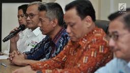Direktur Program TKN Jokowi-Ma'ruf Aria Bima memberikan keterangan hasil rapat persiapan debat Capres keempat di kantor KPU, Jakarta, Senin (25/3). Hasil rapat tersebut memutuskan TV penyeleggara dalam debat keempat adalah EMTEK group dan Metro TV. (merdeka.com/Iqbal S Nugroho)
