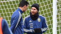 Lionel Messi ambil bagian dalam sesi latihan terbuka dengan tim nasional Argentina di Manchester, Inggris, Selasa (20/3). Timnas Argentina berlatih di markas Manchester City, sebagai persiapan menjelang laga uji coba melawan Italia. (Anthony Devlin/AFP)