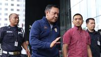 Bupati Pakpak Bharat Sumatera Utara, Remigo Yolanda Berutu (kedua kiri) digiring petugas saat tiba di Gedung KPK, Jakarta, Minggu (18/11). Remigo terkena OTT terkait dugaan penerimaan suap proyek di Dinas PUPR. (Liputan6.com/Helmi Fithriansyah)
