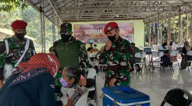 Komandan Grup-1 Kopassus, Kolonel Inf I Gede Putra Yasa, Meninjau Serbuan Vaksinasi. (Rabu, 21/07/2021). (Liputan6.com/Yandhi Deslatama).