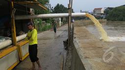 Petugas dari Dinas PU (Pekerjaan Umum) mengurangi debit air menggunakan mesin pompa untuk dibuang ke kali, di Perumahan Ciledug Indah I, Ciledug, Tangerang, Jum'at (23/01/2015). (Liputan6.com/Andrian M Tunay)
