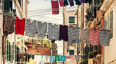 [Fimela] menjemur pakaian