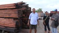 Labora Sitorus di pabrik pengolahan kayu miliknya PT Rotua di Sorong, Papua (Liputan6.com/Katharina Janur)