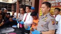 Polisi Polres Karawang menangkap USA alias F (19) warga Purwakarta atas tuduhan pembunuhan. (Liputan6.com/ Abramena)