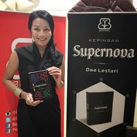 Dee Lestari memulai debut sebagai penulis dan sastrawan pada 2001 ketika merilis buku pertama seri Supernova, Kesatria, Putri dan Bintang Jatuh.