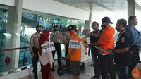 Polresta Bandara Internasional Soekarno Hatta menggelar rekontruksi kasus pelecehan seksual, pemerasan dan penipuan di Bandara Soetta. (Liputan6.com/Pramita Tristiawati)