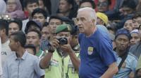 Pelatih Persib Bandung, Mario Gomez, saat pertandingan melawan Persersang Serang pada laga uji coba di Stadion Maulana Yusuf, Serang, Kamis (1/3/2018). Persib menang 6-0 atas Perserang. (Bola.com/M Iqbal Ichsan)