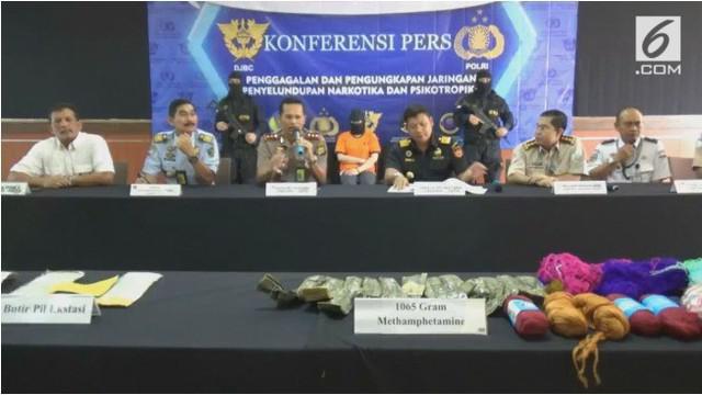 Seorang wanita warga negara Malaysia menyelundupkan 1.470 butir ekstasi dalam pembalut yang ia pakai.