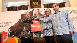 Ki-ka: Dirut BPJS Ketenagakerjaan (BPJSTK) Agus Susanto, Ketua KPK Agus Rahardjo dan Ketua Dewan Pengawas BPJSTK Guntur Witjaksono usai menandatangani dokumen Komitmen Anti Korupsi di Jakarta, Rabu (14/9). (Liputan6.com/Helmi Afandi)