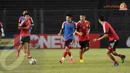 Dalam sesi latihan yang digelar secara terbuka di Stadion GBK Jakarta pada 14 Oktober 2013 Timnas Cina melakukan simulasi pertandingan (Liputan6.com/ Helmi Fithriansyah)