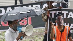 Massa mengatasnamakan Gerakan Pengawal Suap (GPS) Jambi berunjuk rasa di depan Gedung KPK, Jakarta, Jumat (9/3). KPK menetapkan Gubernur Jambi Zumi Zola sebagai tersangka suap pengesahan RAPBD Pemprov Jambi 2018. (Liputan6.com/Herman Zakharia)