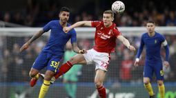 Bek Chelsea Emerson Palmieri, duel udara dengan gelandang Nottingham Forest, Ryan Yates, pada laga Piala FA di Stadion Stamford Bridge, London, Minggu (5/1). Chelsea menang 2-0 atas Forest. (AP/Ian Walton)