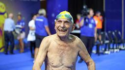 George Corones tersenyum sebelum berenang di Gold Coast Aquatic Centre di Gold Coast, Queensland, Australi (28/2). George Corones, yang usianya menginjak 100 tahun pada April mendatang, berhasil memecahkan rekor dunia. (AFP/Swimming Australia)