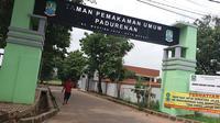 Dampak pandemi Covid-19, kondisi TPU Padurenan kini sepi peziarah saat Ramadan. (Liputan6.com/Bam Sinulingga)