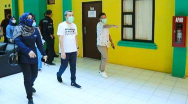 Gubernur Riau Syamsuar saat meninjau asrama haji yang akan dijadikan sebagai rumah sakit darurat Covid-19 di Riau.