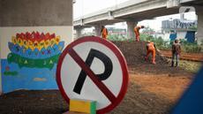 Petugas Penanganan Prasarana dan Sarana Umum (PPSU) menyelesaikan pembangunan Taman Pilar Jati di Cipinang Melayu, Jakarta, Selasa (27/10/2020). Area yang dilengkapi taman lalu lintas serta sarana bersepeda tersebut untuk mempercantik lahan tidur di kolong tol. (Liputan6.com/Immanuel Antonius)