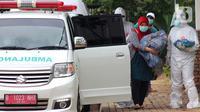 Warga diantar petugas paramedis  untuk menjalani isolasi mandiri bagi pasien positif  OTG di Rumah Melawan Covid-19 Tangerang Selatan, Jumat (1/1/2021). Akhir 2020, kasus Covid-19 baru di Tangerang Selatan (Tangsel) semakin meningkat. (merdeka.com/ Arie Basuki)
