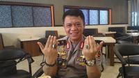 Kadiv Humas Polri dan batu akik Sulawesi (Eka Hakim / Liputan6.com)