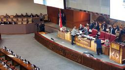 Wakil Ketua DPR RI, Fahri Hamzah menerima laporan hasil seleksi Capim KPK dari Ketua Komisi III DPR RI, Aziz Syamsuddin saat rapat paripurna pengesahan pimpinan KPK terpilih di Kompleks Parlemen, Jakarta, Senin (16/9/2019). (Liputan6.com/Helmi Fithriansyah)