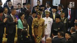 Presiden Joko Widodo dan Wakil Presiden Jusuf Kalla menghadiri Sidang Bersama DPD-DPR di Kompleks Parlemen, Senayan, Jakarta, Jumat (16/8/2019). Di Sidang Bersama DPR-DPD ini Jokowi mengenakan pakaian adat Sasak NTB sementara Wapres JK memakai baju khas Betawi. (Liputan6.com/Johan Tallo)