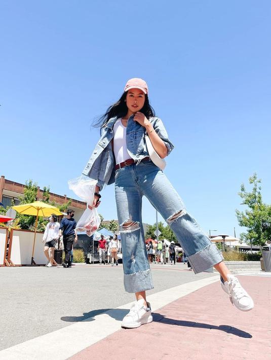 Hobi dengan gaya kasual, Maudy Ayunda memadukan celana kulot jeans putih dan jaket jeans. Dilengkapi dengan sneakers yang membuat tampilan semakin nyaman (instagram/maudyayunda)