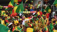 Suporter Senegal bersorak mendukung negaranya saat melawan Polondia pada grup H Piala Dunia 2018 di Stadion Spartak di Moskow, Rusia (19/6). Dalam pertandingan ini Senegal menang 2-1 atas Polandia. (AFP Photo/Francisco Leong)