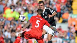 Rickie Lambert mengecok bek Liverpool Daniel Agger  pada pertandingan sepak bola Liga Premier Inggris antara Liverpool dan Southampton di Stadion Anfield di Liverpool, (21/9/2013). (AFP/Paul Ellis)