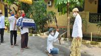 Delepak, ukup dan lilin yang telah disiapkan dibawa oleh para kraman Keraton Kasepuhan Cirebon menggunakan gerbong maleman menuju komplek Makam Sunan Gunung Jati Cirebon. Foto (Liputan6.com / Panji Prayitno)