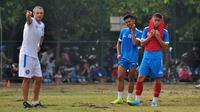 Pelatih Arema, Milomir Seslija, memberikan instruksi kepada dua pemainnya, Dalmiansyah Matutu dan Vikrian Akbar. (Bola.com/Iwan Setiawan)