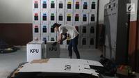 Pekerja merakit kotak suara Pemilu di kawasan Tugu, Cimanggis, Depok, Jawa Barat, Rabu (13/2). KPU Kota Depok mempersiapkan 27.686 kotak suara untuk didistribusikan ke 5.759 TPS di 11 kecamatan. (Liputan6.com/Herman Zakharia)