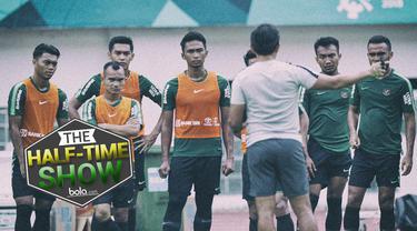 """Berita video Half Time Show membahas soal Timnas Indonesia yang akan bertarung di Piala AFF 2018 dengan pertanyaan """"Timnas akan menghibur atau juara?""""."""
