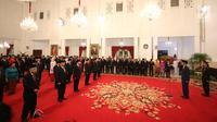 Presiden Joko Widodo (kanan) memimpin upacara pemberian tanda kehormatan kepada tokoh nasional di Istana Negara, Kamis (15/8/2019). Sebanyak 29 orang mendapat gelar tanda kehormatan Bintang Mahaputra Utama dan Bintang Jasa Utama dalam rangka peringatan HUT ke-74 RI. (Liputan6.com/Angga Yuniar)