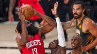 Pebasket Houston Rockets, James Harden, berusaha memasukkan bola saat melawan Oklahoma City Thunder pada laga NBA, Selasa (1/9/2020). Oklahoma City Thunder menang 104-100 atas Houston Rockets. (AP Photo/Mark J. Terrill)