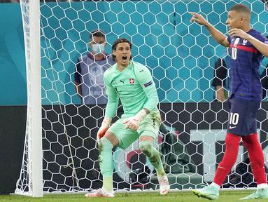 Kiper Swiss Yann Sommer bereaksi setelah pemain Prancis Kylian Mbappe gagal mencetak gol melalui penalti pada pertandingan babak 16 besar Euro 2020 di Stadion National Arena, Bucharest, Rumania, Selasa (29/6/2021). Swiss menyingkirkan Prancis usai menang 5-4 (3-3). (AP Photo/Vadim Ghirda, Pool)